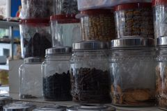 Kruiken van diverse snack bij opslag stock afbeeldingen