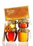 Kruiken van honing en dipper Royalty-vrije Stock Afbeeldingen