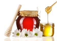 Kruiken van honing en dipper Royalty-vrije Stock Foto's