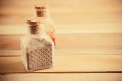 Kruiken van kruiden op een houten achtergrond stock foto's