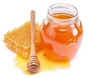 Kruikhoogtepunt van verse honing en honingraten Royalty-vrije Stock Foto's