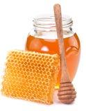 Kruikhoogtepunt van verse honing en honingraten Stock Foto's