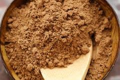 Kruimelig cacaopoeder voor het koken mooie mening stock foto