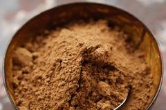 Kruimelig cacaopoeder voor het koken mooie mening stock afbeeldingen