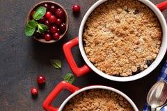 Kruimeltaart met Amerikaanse veenbessen en andere bessen, noten op de keukenlijst Mening van hierboven royalty-vrije stock afbeelding