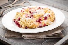 Kruimeltaartcake met rode aalbessen Stock Afbeeldingen