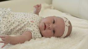 Kruipende baby op het bed in haar ruimte stock video
