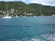 Kruis afgelopen die jachten in de Caraïben door veerboot worden verankerd stock videobeelden