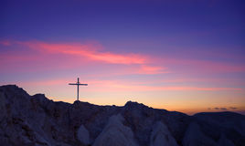 Kruis bij bergbovenkant stock afbeelding