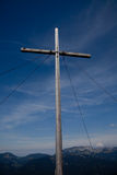 Kruis bij bergpiek Stock Foto's
