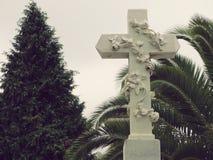 Kruis bij de Poëtische Scène van Cementery Stock Afbeelding