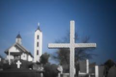 Kruis bij een land zijkerkhof stock foto's