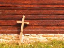Kruis bij een oude houten kerk Stock Afbeeldingen