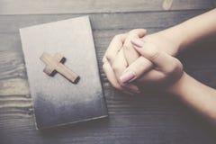 Kruis, boek en vrouwenhand Stock Afbeeldingen