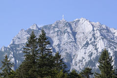 Kruis bovenop berg stock afbeelding