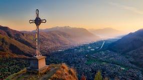 Kruis bovenop de berg Stock Fotografie