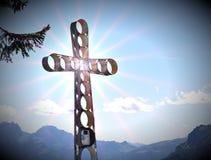 Kruis bovenop een berg wordt geplaatst die stock afbeeldingen