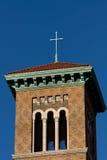 Kruis dat op kerkdak wordt geplaatst. Royalty-vrije Stock Foto's
