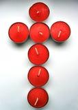 Kruis dat van kaarsen wordt gemaakt Stock Foto's