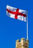 Kruis dat van St George van kasteelborstweringen vliegt Royalty-vrije Stock Foto
