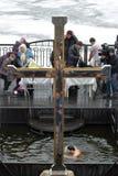 Kruis dichtbij het gat Stock Foto