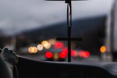 Kruis in een Windscherm tegen Lichten van Verkeer Stock Foto's