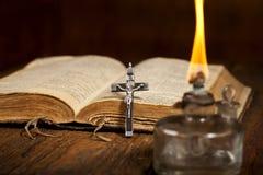 Kruis en bijbel stock afbeeldingen
