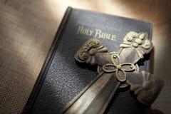 Kruis en Bijbel gezet op jute Stock Afbeelding
