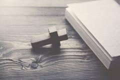 Kruis en boek Stock Foto's