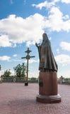 Kruis en een monument aan Patriarch Alexy II Heilige Dormition-Kathedraal Vitebsk, Wit-Rusland Stock Afbeeldingen