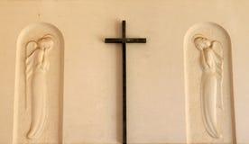 Kruis en engelen bij kerkhof in het Italiaans Bruneck Stock Fotografie