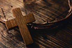 Kruis en kroon van doornen van Jesus Christ stock foto's