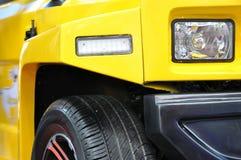 Kruis en sportwagen in geel Stock Foto