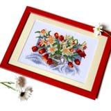 Kruis gestikt beeld met tulpen en gele narcissen in kruik isoleer royalty-vrije stock afbeeldingen