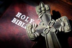 Kruis met bijbel Stock Afbeelding
