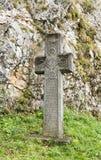 Kruis met een inschrijving op een oude Roemeense status in de binnenbinnenplaats van het Zemelenkasteel in Zemelenstad in Roemeni Stock Afbeeldingen