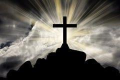 Kruis met heldere zon en donkere wolkenachtergrond Royalty-vrije Stock Foto