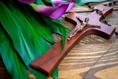 Kruis met Jesus-Christus op een houten achtergrond met purpere calla - godsdienstige Pasen leende concept royalty-vrije stock foto's