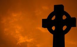 Kruis met wolken bij Zonsondergang royalty-vrije stock foto's