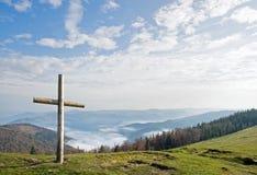 Kruis op berg stock afbeeldingen