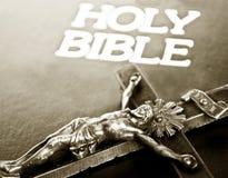 Kruis op bijbel stock foto
