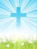 Kruis op blauwe hemel, met zonstralen en groen gazon Royalty-vrije Stock Foto