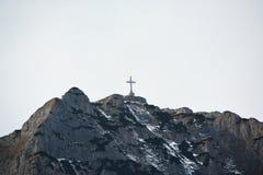 Kruis op Caraiman-piek op Bucegi-bergen Royalty-vrije Stock Fotografie