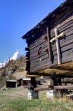 Kruis op Chalet stock afbeelding