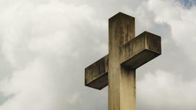 Kruis op de begraafplaats De wolken die van de tijdtijdspanne voorbij een steenkruis stromen op een kerkhof stock video