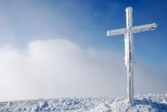 Kruis op de bergpiek Stock Foto's