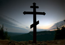 Kruis op de bovenkant van de berg stock afbeeldingen
