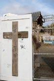 Kruis op de omheiningsod ruïnes van Christchurch-Kathedraal Stock Foto