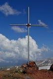 Kruis op de piek van berg Stock Afbeeldingen
