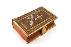Kruis op de Bijbel stock afbeeldingen